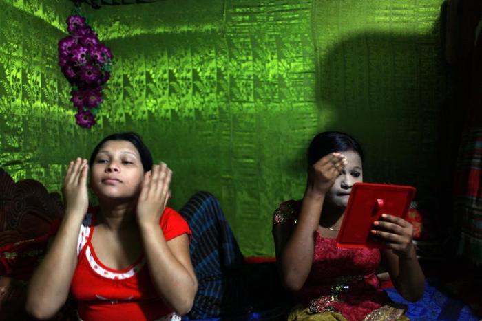 Hai cô gái bán dâm vị thành niên Sonia và Jessna đang trang điểm để trông già hơn.