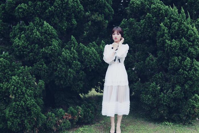 Hóa quý cô đài các với đầm trắng tinh khôi bồng bềnh, nữ tính.