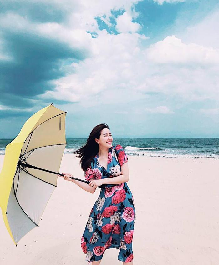"""""""Công chúa bong bóng"""" Bảo Thy khiến người hâm mộ thích thú với hình ảnh đi du lịch biển của mình. Cô nàng mặc một thiết kế váy hoa bản to với phối màu rực rỡ đậm chất mùa hè khiến ai nấy đều thích thú."""