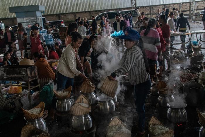 Tình nguyện viên nấu ăn cho người dân tại một nơi tạm trú. Ảnh: New York Times.