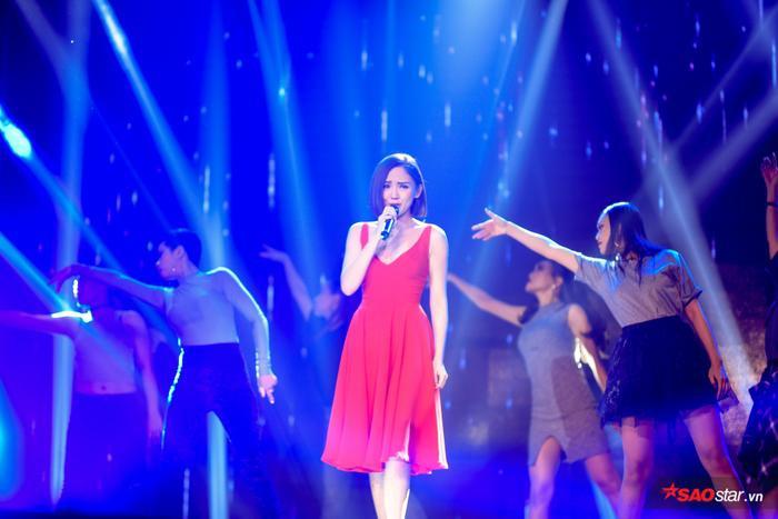 Đây cũng là lần đầu tiên, người hâm mộ được nhìn thấy tận mắt màn thể hiện vũ đạo trong ca khúc từ Tóc Tiên.