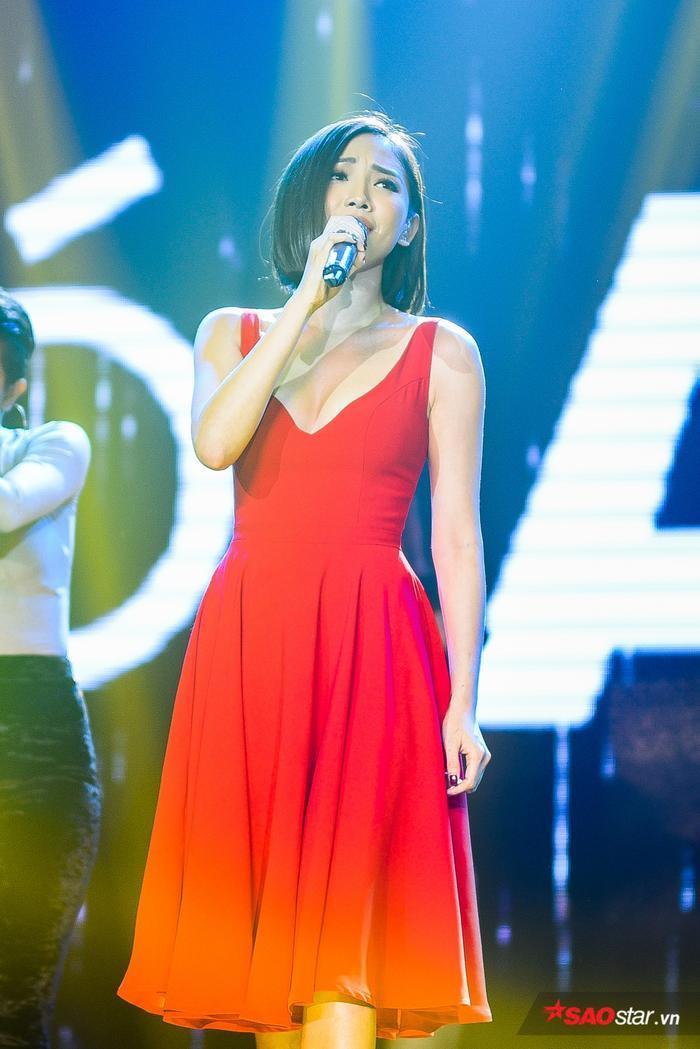 Tóc Tiên xuất hiện xinh đẹp rạng rỡ tại đêm nhạc.