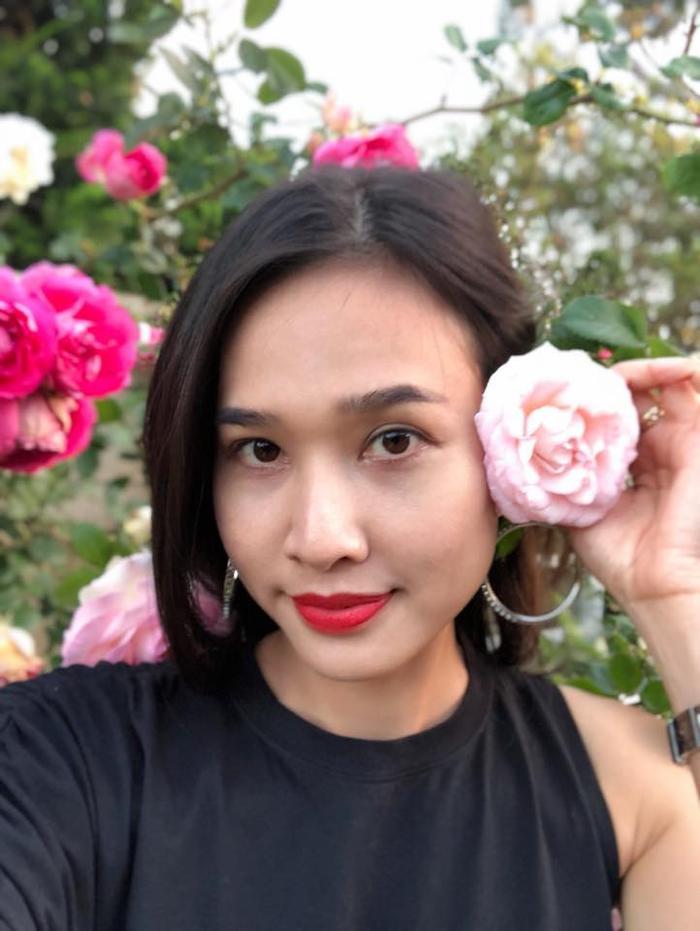 Người đẹp thường xuyên khoe những bông hồng trên trang cá nhân như một cách khoe thú vui tao nhã của mình.