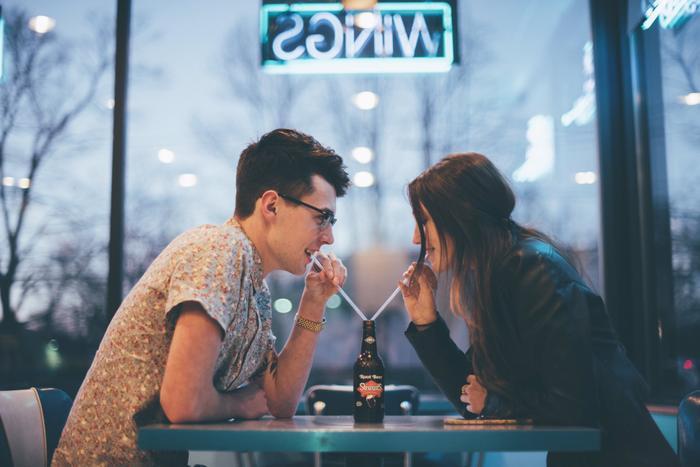 Theo nhiều người, trong lần đầu hẹn hò, cô gái cũng nên biết ý thanh toán cùng chàng trai chứ không nên để anh ta trả hết mọi khoản rồi lại quay ra săm soi, trách móc.