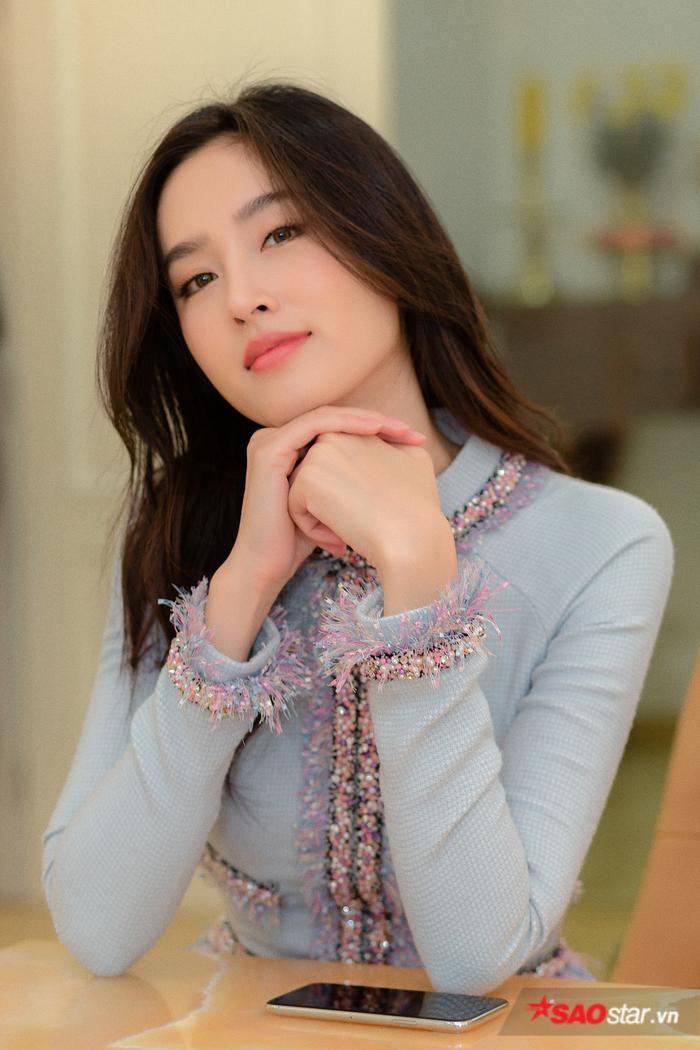 Nong Poy trang điểm nhẹ nhàng và để tóc buông xõa gợn sóng để phù hợp với sự duyên dáng, nền nã của tà áo dài Việt Nam.