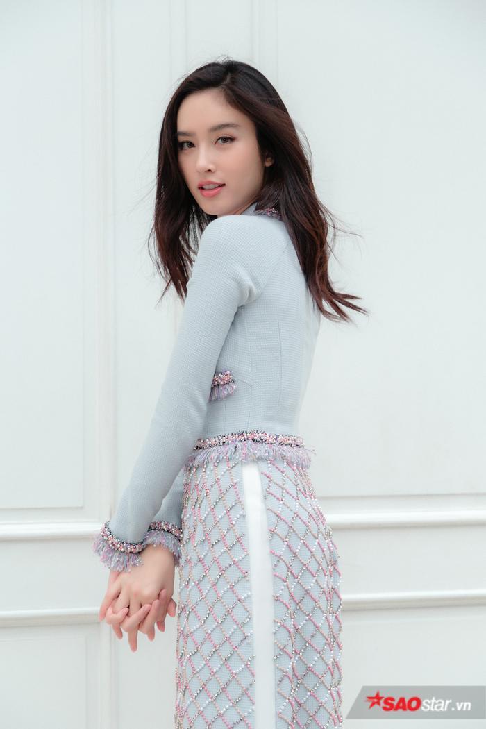 Màu baby blue của chiếc áo dài vô cùng hợp với vẻ đẹp trong trẻo của Nong Poy.
