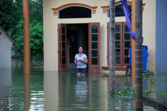 Nước tràn ngập một nhà dân.