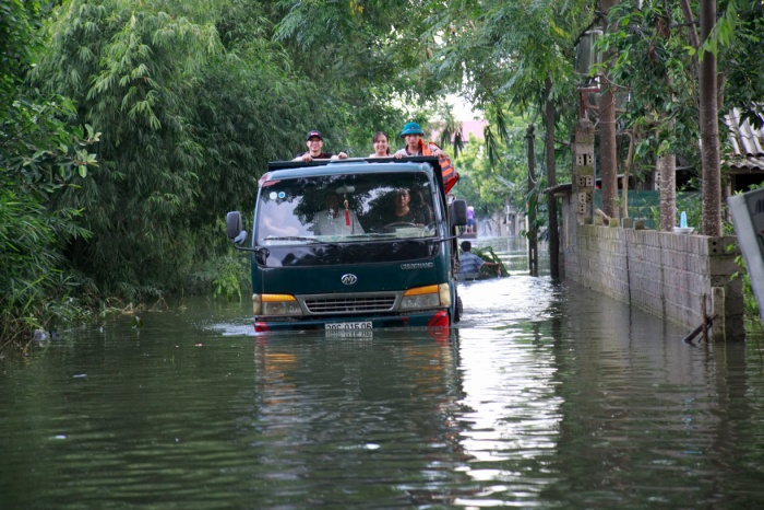 Nước ngập khiến xe cộ di chuyển khó khăn.