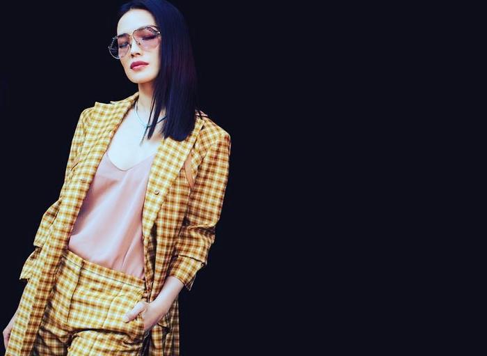 Menswear cũng là một trong những sự lựa chọn hàng đầu của cô.