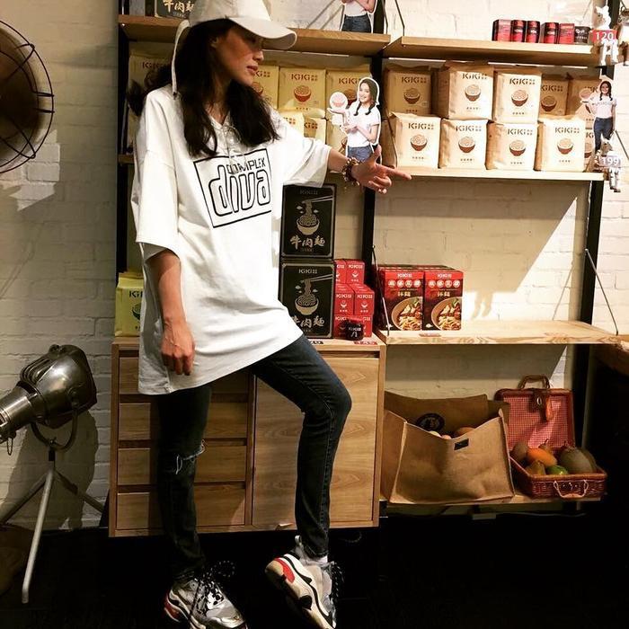 Streetstyle thường thấy của Thư Kỳ là áo thun freesize, quần jeans rách gối, giày sneaker và mũ lưỡi trai.
