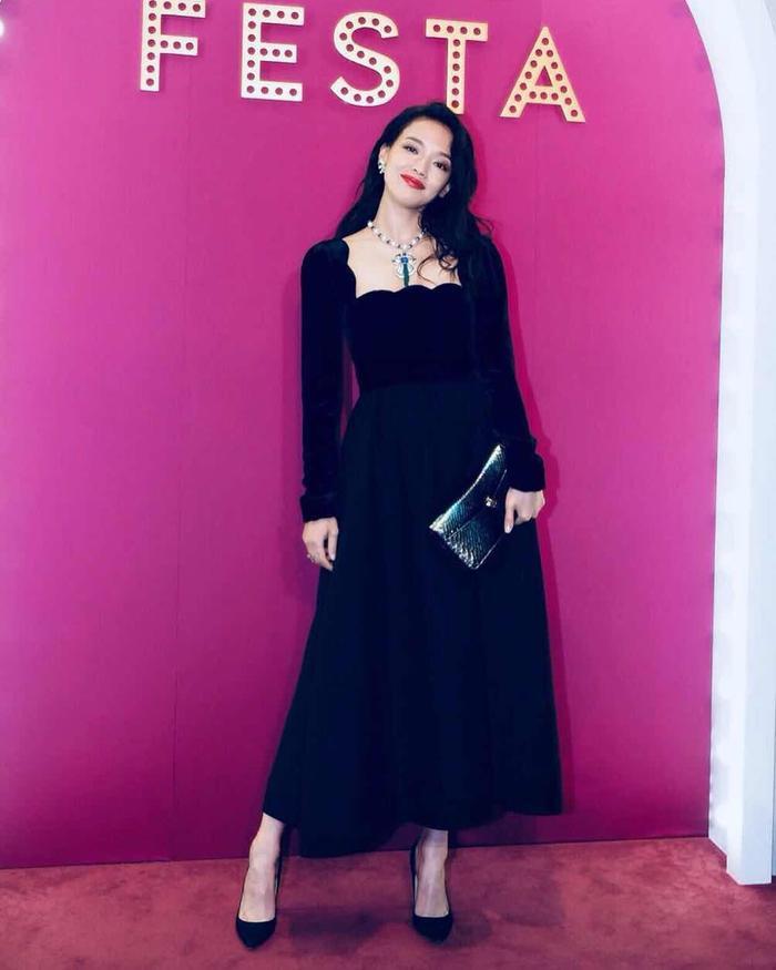"""Cá tính, trẻ trung là thế nhưng mỗi khi bước lên thảm đỏ, nữ diễn viên dễ dàng hóa """"nữ hoàng"""" trong đầm dạ hội vô cùng sang trọng."""