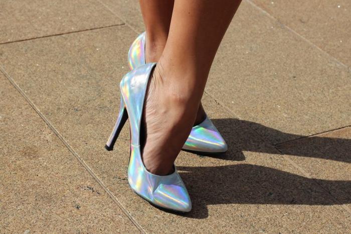 Sắc bạc đa chiều giúp đôi giày cao gót cơ bản trở nên mới mẻ và độc đáo hơn.
