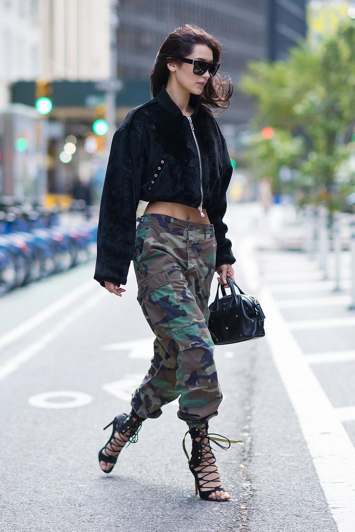 Kiểu quần cargo sẽ rất phù hợp với phong cách casual cùng những kiểu giày năng động. Người mẫu Bella Hadid nổi bật cùng với quần cargo kết hợp với áo jacket ngắn và giày cao gót đan dây khi đang dạo đường phố