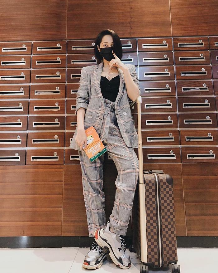 Combo vest kẻ mix cùng giày sneaker thời thượng của Balenciaga, chỉ cần thay đổi một chút về phụ kiện, cô nàng đã khiến bộ cánh trông không bị nhàm chán, cứng nhắc.