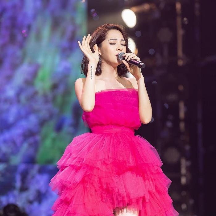 Từ chiếc đầm xòe hồng rực rỡ, tôn lên vẻ nữ tính, dịu dàng…