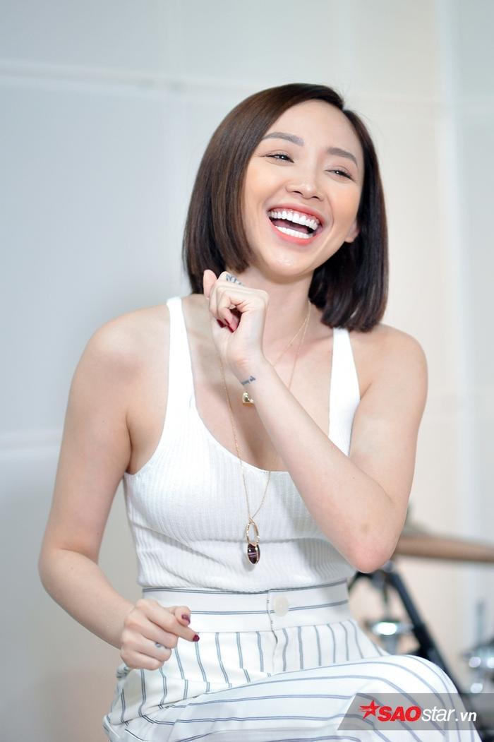 Từ cười híp cả mắt, lộ ra hàm răng trắng đều như hạt bắp.
