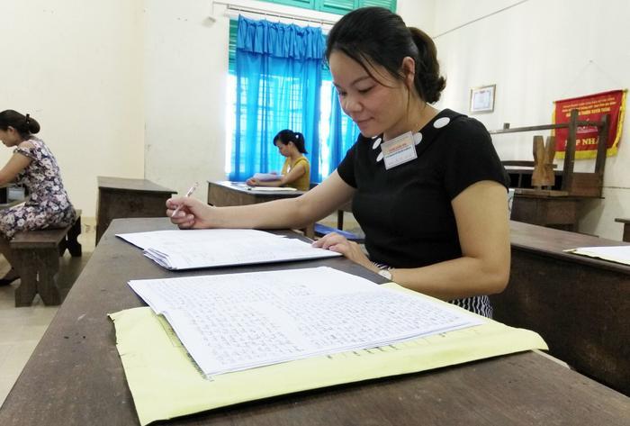 Giáo viên chấm thi môn tự luận tại Hòa Bình, kì thi THPT quốc gia 2018 (Ảnh: Mỹ Hà).