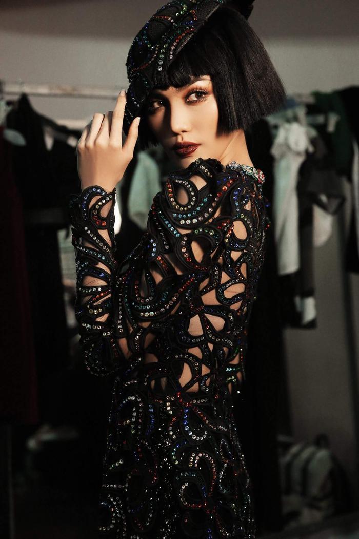 Trong hậu trường show thời trang, Lan Khuê khiến khán giả chẳng thể rời mắt với vẻ ngoài lạ lẫm, ma mị.