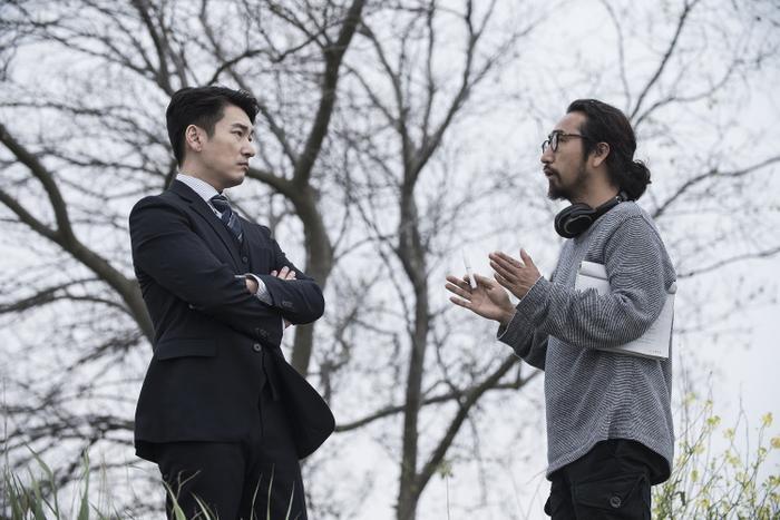 Cho Seung Woo đang thảo luận với đạo diễn Hong để hỗ trợ việc diễn xuất.