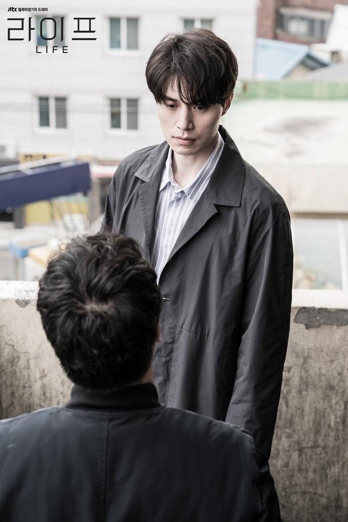 """Vẻ ngoài lạnh lùng của """"thần chết"""" Dong Wook khiến triệu trái tim phụ nữ phải """"rúng"""" động."""