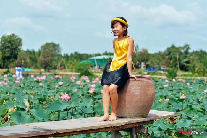 Không chỉ thu hút giới trẻ, các em nhỏ cũng được mẹ dẫn đi chụp những bức hình thật xinh xắn bên tà áo tứ thân truyền thống.