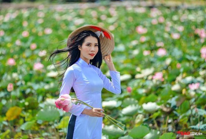 Rất nhiều bạn trẻ chọn mặc những trạng phục truyền thống, đặc biệt là áo dài để chụp hình với sen hồng.