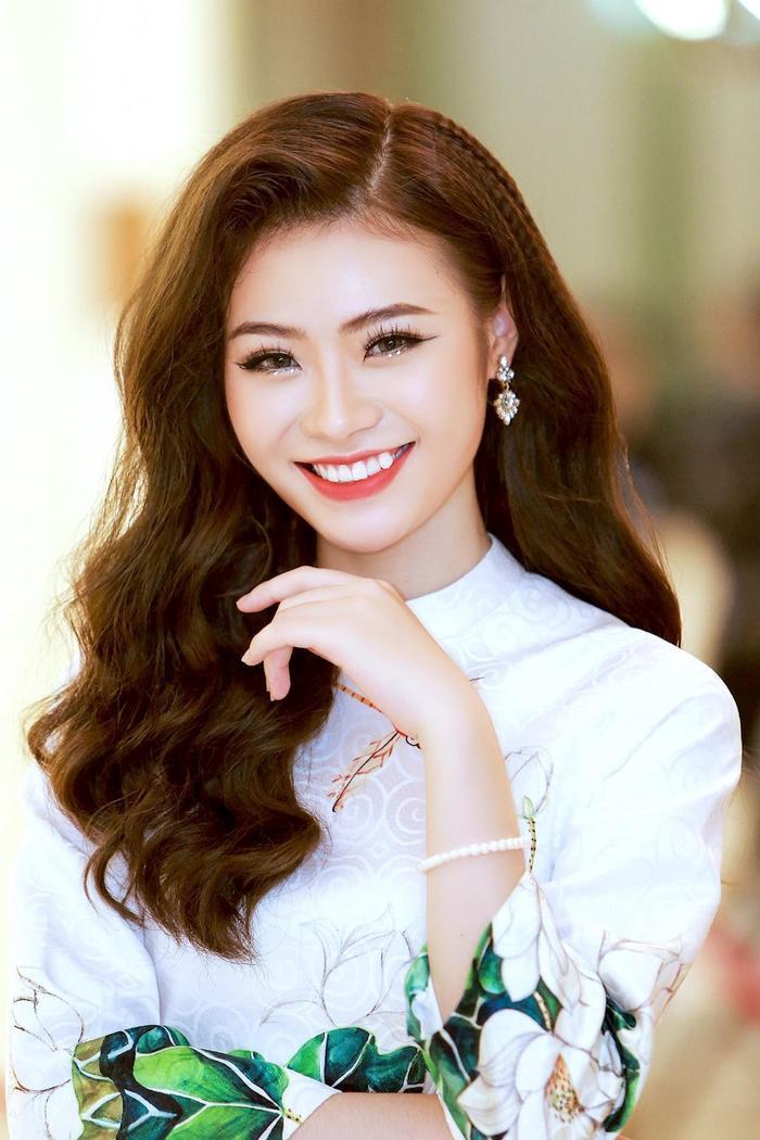 Mỹ Linh sinh năm 1997, hiện đang theo học tại Học viện Âm nhạc Quốc gia Việt Nam