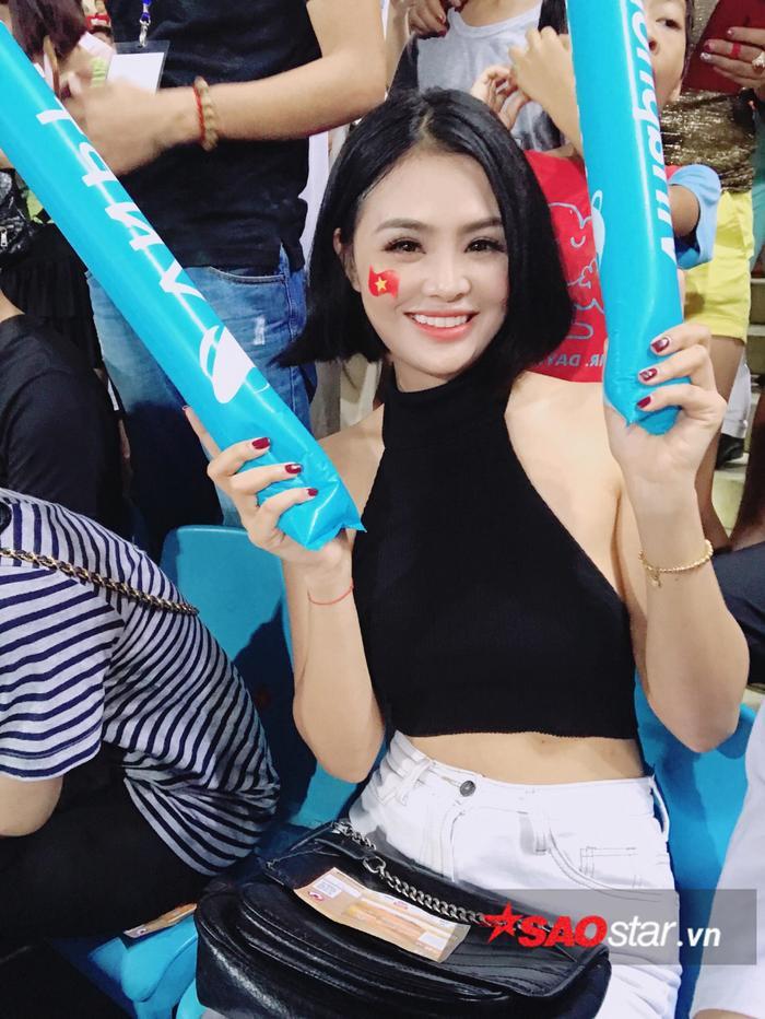 Đặng Ngân và dàn hot girl nóng bỏng trong ngày U23 Việt Nam vô địch ảnh 3