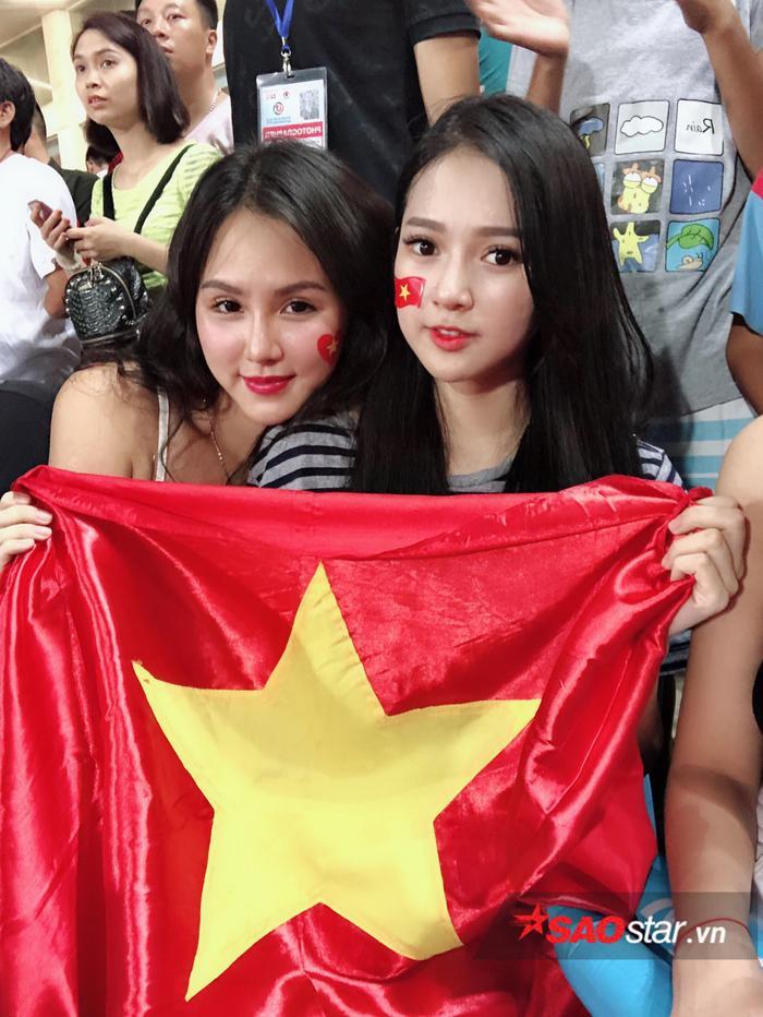 Đặng Ngân và dàn hot girl nóng bỏng trong ngày U23 Việt Nam vô địch ảnh 5