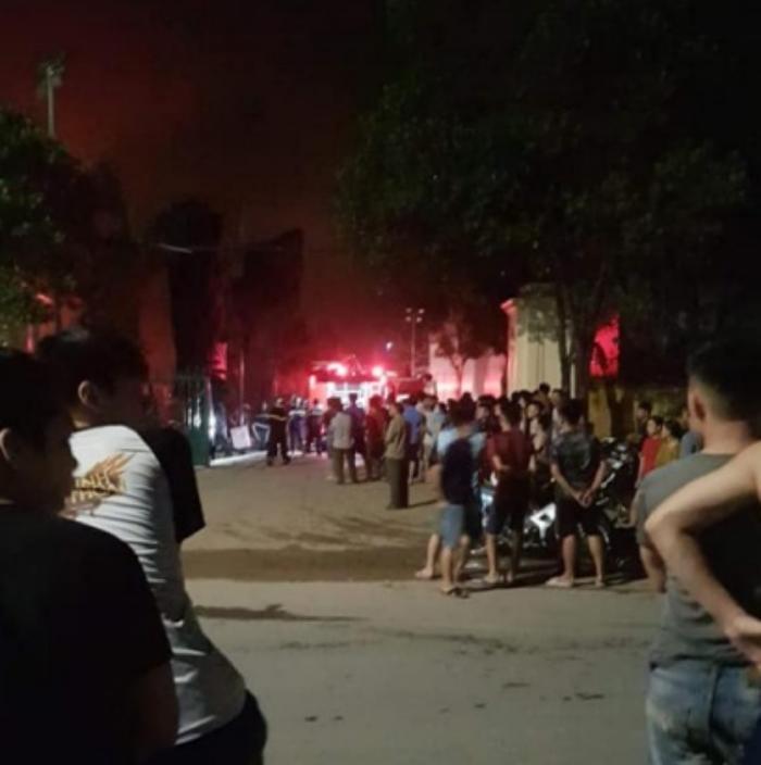 Rất đông người dân địa phương kéo đến theo dõi.