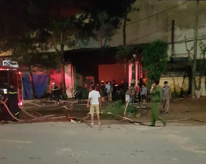 Lực lượng cảnh sát nỗ lực dập lửa trong đêm.