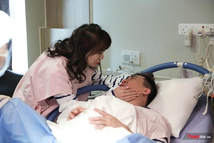 Tuy rất đau nhưng Trấn Thành may mắn khi có bà xã luôn bên cạnh.