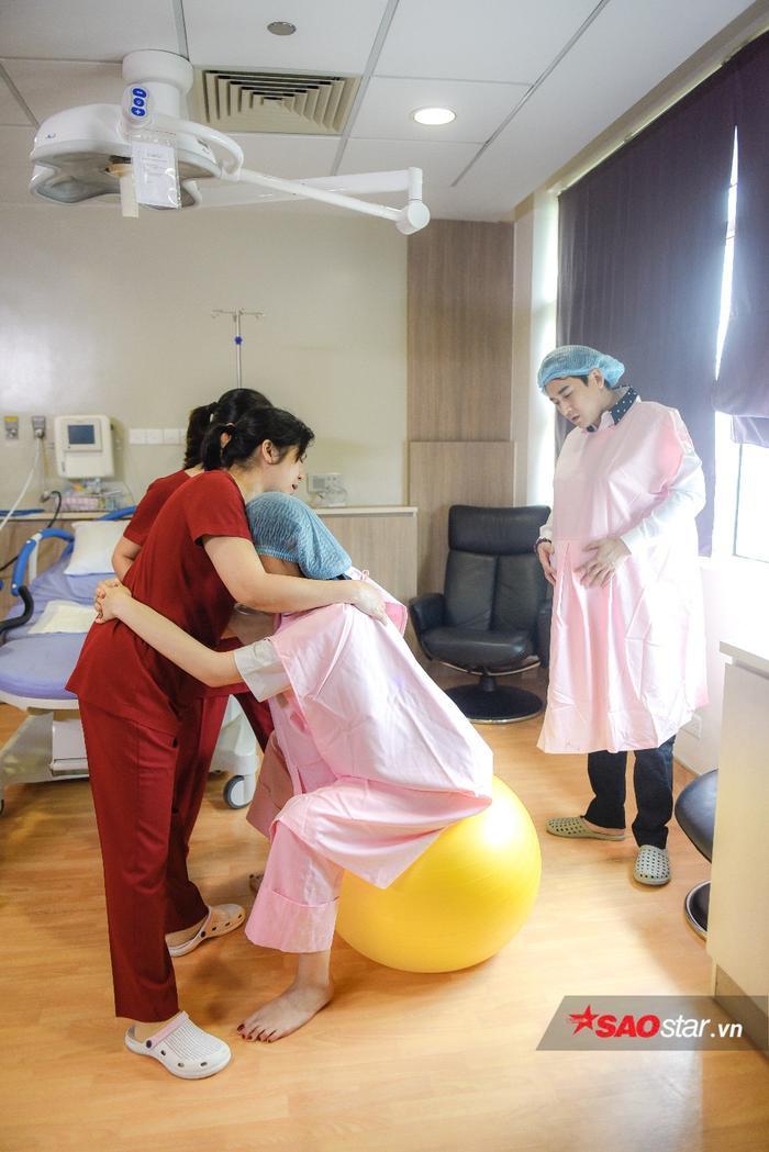 Cả hai được hướng dẫn kĩ thuật massage nhằm có một tinh thần thoải mái trước giờ sinh.