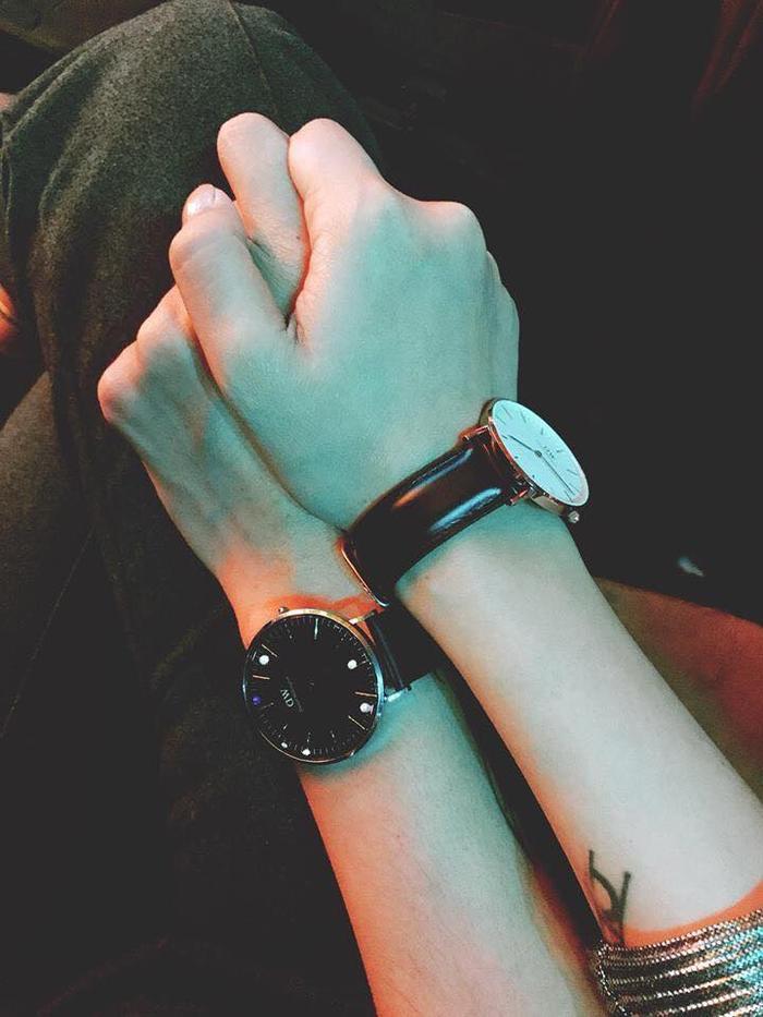 Cũng lạng mạn không kém các cặp đôi trẻ khi diện đồng hồ đôi.