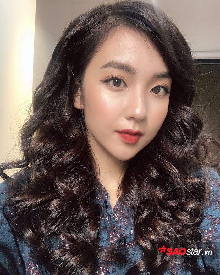 Đôi mắt nhỏ, sống mũi cao và cách trang điểm nhẹ khiến Khánh hà trông rất giống người Hàn Quốc