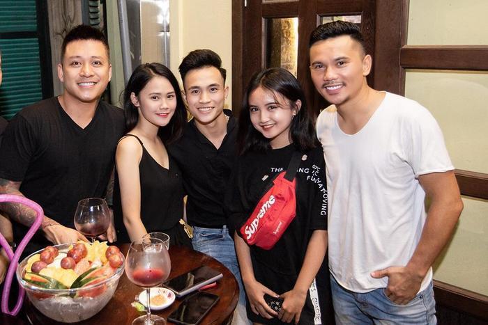 """""""Hot girl""""14 tuổi chụp ảnh cùng gia đình và ca sĩ Tuấn Hưng."""