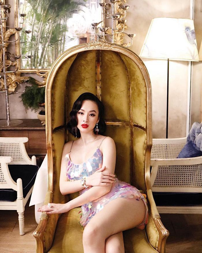 Angela Phương Trinh xuất hiện nóng bỏng với ba vòng quyến rũ, vòng ba săn chắc được khoe triệt để. Đặc biệt, người đẹp tiếp tục lăng xê kiểu tóc xoăn thập niên 1920 sang trọng.