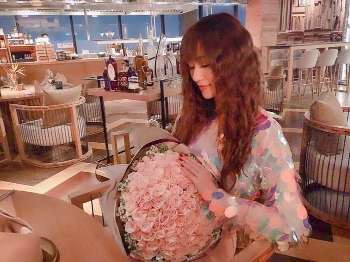 Nữ diễn viên Khánh My cũng không nằm ngoài đường đua với hội mỹ nhân này. Kiểu tóc mái, dập xù giúp cô trông trẻ trung hơn rất nhiều.