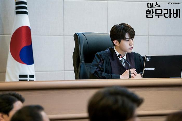 """L (Kim Myung Soo) đã đảm nhận vai anh chàng Im Ba Reun, một thẩm phán làm việc vô cùng nguyên tắc và cứng nhắc trong """"Quý cô Hammurabi""""."""