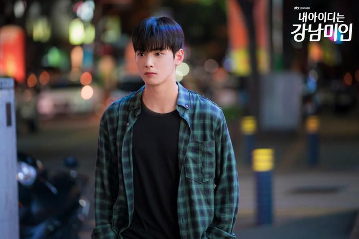 """Trong khi đó, ở bộ phim """"Người đẹp Gangnam"""", Cha Eun Woo đảm nhận vai Do Kyung Suk, một sinh viên đại học đẹp trai, cậu được rất nhiều bạn họcchú ý bất cứ khi nào xuất hiện."""