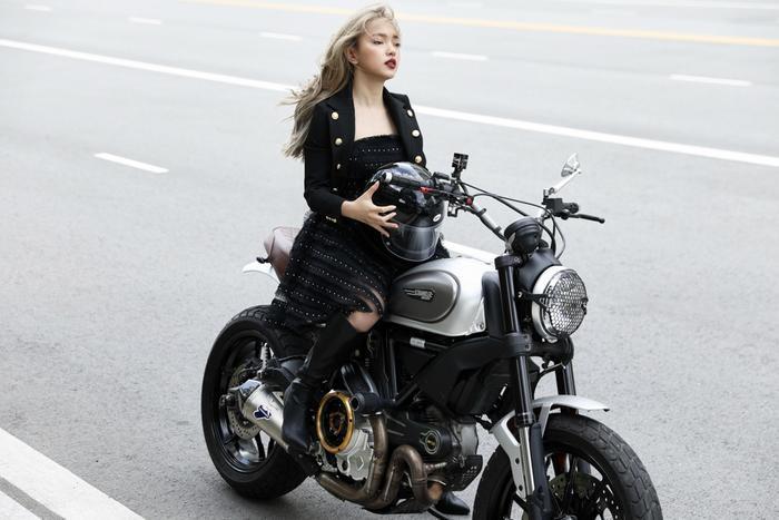 Mới đây nhất, Châu Bùi lại tiếp tục gây thương nhớ khi xuất hiện đầy xinh đẹp và cá tính bên motor.