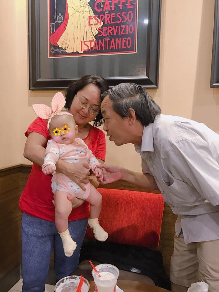 Hình ảnh đáng yêu của con gái Tú Vi - Văn Anh bên ông bà.