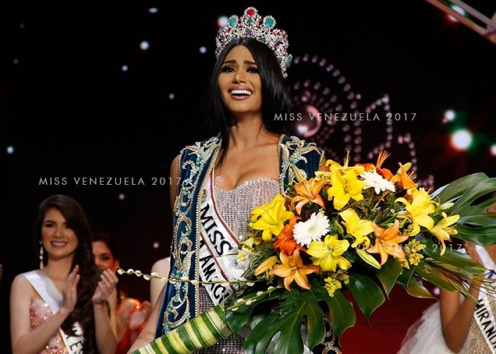 Khoảng khắc đăng quang của Tân Hoa hậu Venezuela 2017