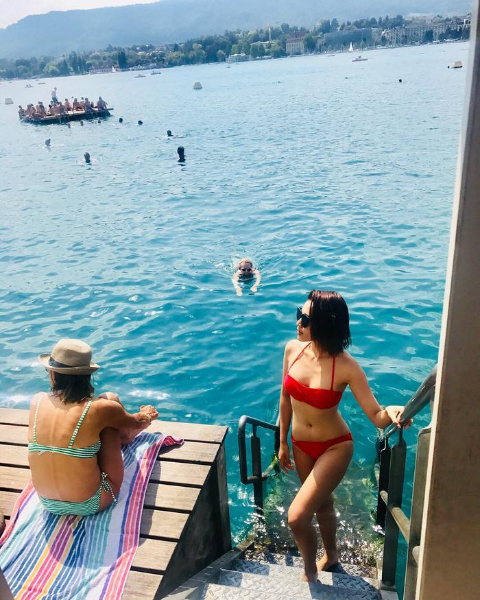 Cô nàng cũng không ngần ngại diện bikini khoe body chuẩn của mình khi đi biển.