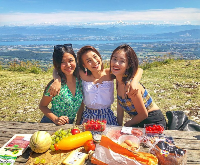 Cô hiện đang rất vui vẻ trong chuyến du lịch cùng ca sĩ Ái Phương và bạn thân của hai người.