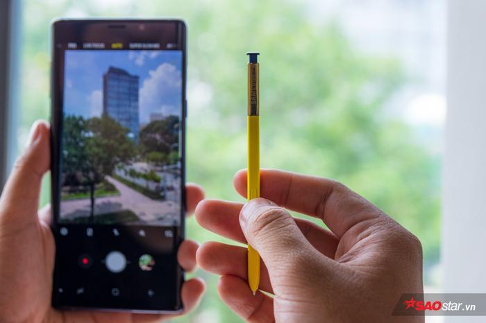 Với thiết lập mặc định người dùng có thể tận dụng S Pen mới để bấm chụp hình từ xa. Đây là tính năng khá hay khi mỗi lần vui chơi cùng gia đình, bạn bè, tất cả có thể chụp chung với nhau mà không cần nhờ tới người khác chụp hộ