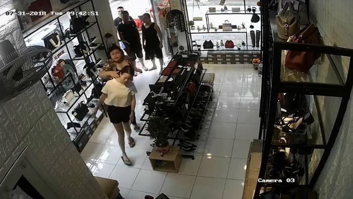 Chị Y. bị một phụ nữ xông vào cửa hàng tát vào mặt.