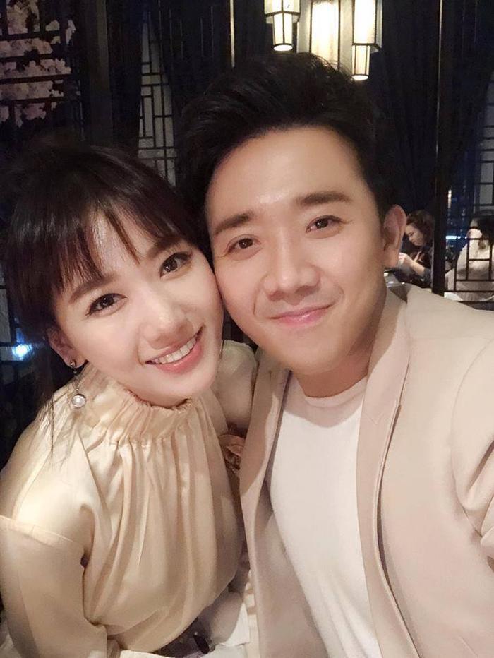 """Vợ chồng Trấn Thành - Hariwon trẻ hóa trong tấm ảnh gần đây nhất. Đối với Hariwon, vẫn diện mái ngố lưa thưa """"thương hiệu"""", cô chọn cách trang điểm nhẹ nhàng, đáng yêu. Đây là hình ảnh thích hợp với Hariwon nhất."""