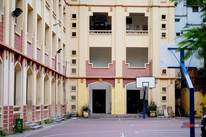 Trường THCS Chu Văn An (Hà Nội) được thành lập năm 1908 (cùng với THPT Chu Văn An). Sau hoà bình lập lại, trường được tách riêng vào năm 1956, khi đó thầy Thạch Quang Tuấn làm hiệu trưởng, thầy Bùi Quang Huy làm hiệu phó. Từ năm đó đến nay, có những thời kỳ gián đoạn do chiến tranh phá hoại, do nhiệm vụ chính trị, xã hội của đất nước, trường ổn định từ năm 1964 đến nay.