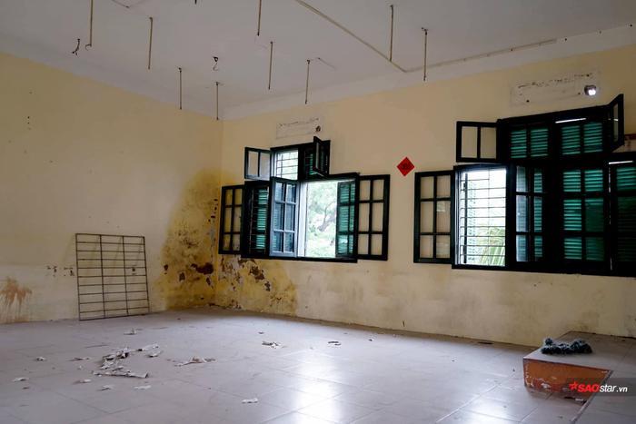 Nhiều phòng học ở Chu2 đang được dọn dẹp bàn ghế.